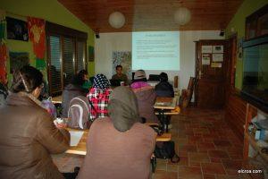 Alumnas en una sesión teórica en el curso de huerto ecológico