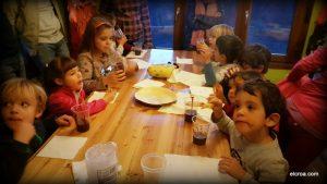 Niños comiendo chocolate después de la sesión de concienciación animal