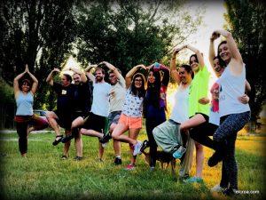 Sesión de yoga en la naturaleza en el CROA