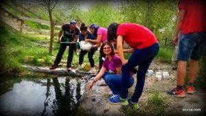 Sacando invertebrados en las lagunicas del CROA