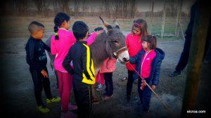 Niños y niñas acariciando a Pimienta